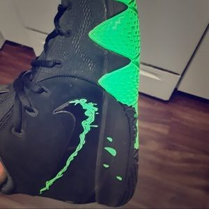 "Nike Kyrie 4 Halloween ""Swoosh dipped in Slime"""